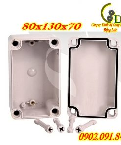 hộp điện nhựa 0813 hay còn được gọi là tủ điện nhựa chống thấm nước là dụng cụ chuyên dụng để đấu nối điện ngoài trời với tác dụng bảo vệ các thiết bị điện bên trong